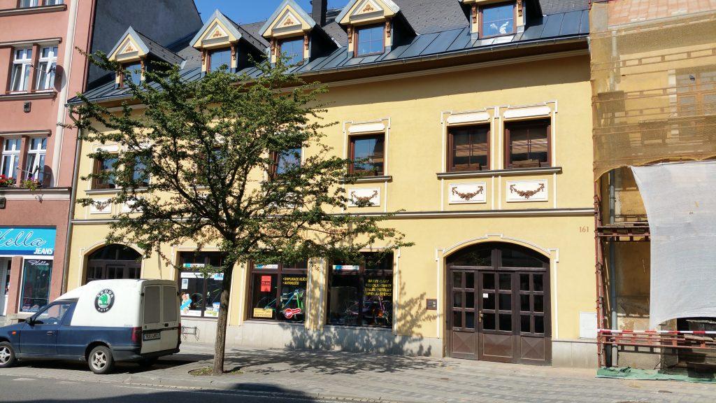 Das ehemalige Wohnhaus von Karl und Marie Kunzmann – Neudek #161 – die Hausnummer ist heute noch am Gebäude zu sehen.