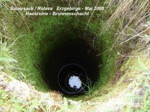 Sauersack - Hausruine - Blick in einen Brunnenschacht - Mai 2010