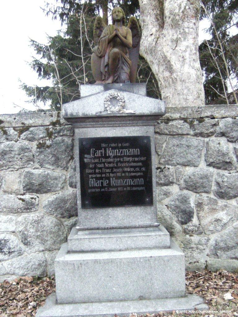 Das monumentale Grab von Carl und Marie Kunzmann befindet sich heute noch im Neudeker Friedhof
